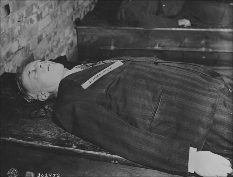 Тело казненного министра иностранных дел третьего рейха Иоахима фон Риббентропа (Ulrich Friedrich Wilhelm Joachim von Ribbentrop, 1893—1946).