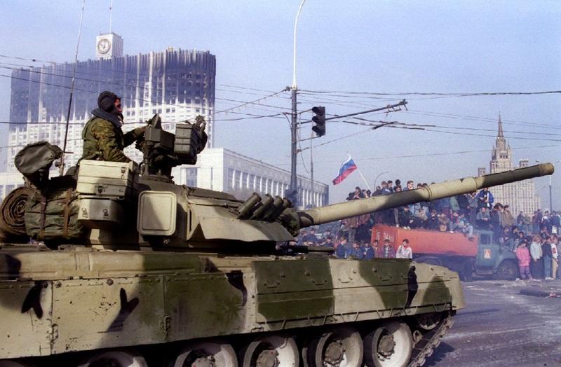 Российский танк покидает свой пост перед Правительством Российской Федерации (здание сгорело после обстрела).