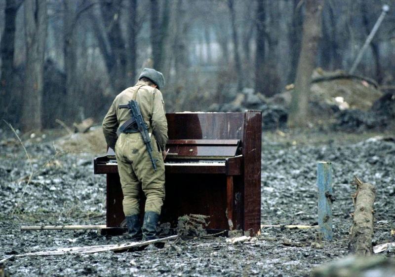 Солдат играет на пианино в центральном парке Грозного, 6 февраля 1995 года.
