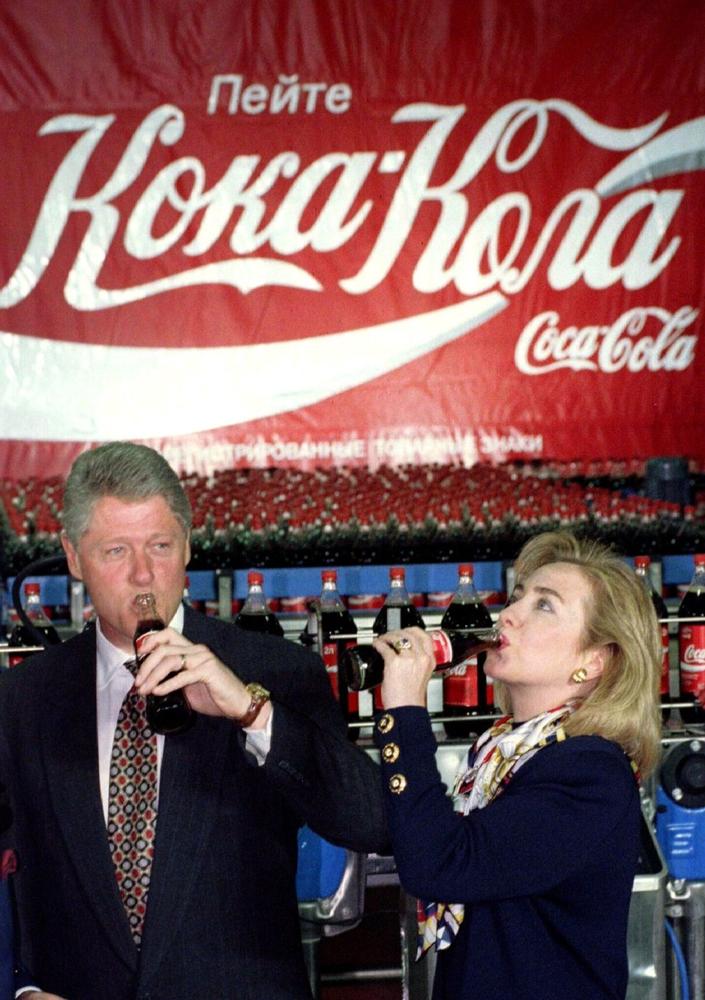 Президент США Билл Клинтон и первая леди Хиллари Клинтон во время визита на московский завод Coca-Cola, май 1995 года.