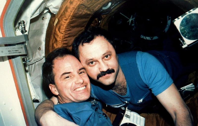 Астронавт Кевин Чилтон, командир миссии STS-76, и космонавт Юрий Усачев, бортинженер 21-й основной экспедиции на космической станции «Мир».
