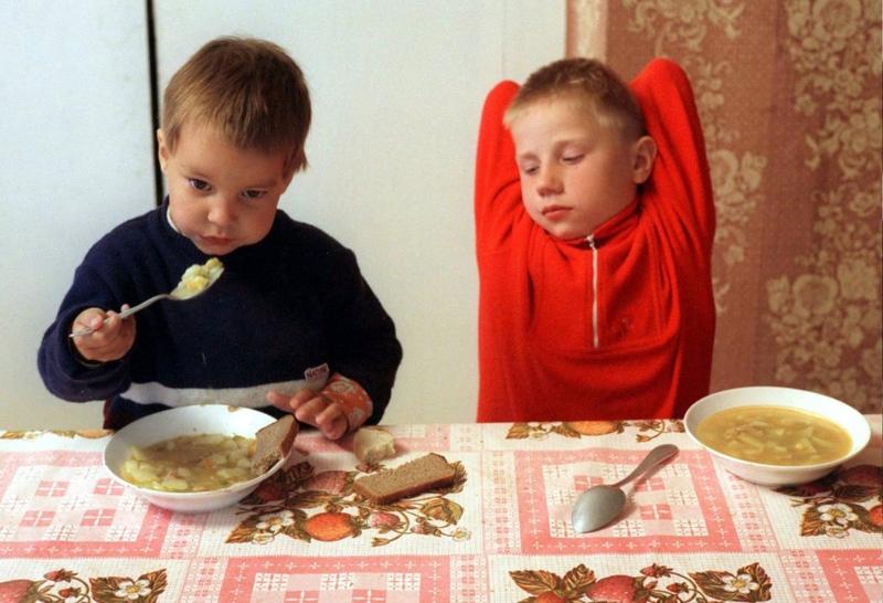 Дети кушают в приюте при церкви Святой Троицы, город Вязьма — за 250 километров от Москвы, май 1996 года.