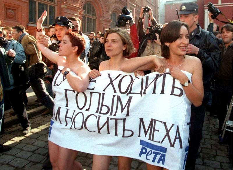 Голые активистки за права животных PETA около Красной площади, 1996 год.