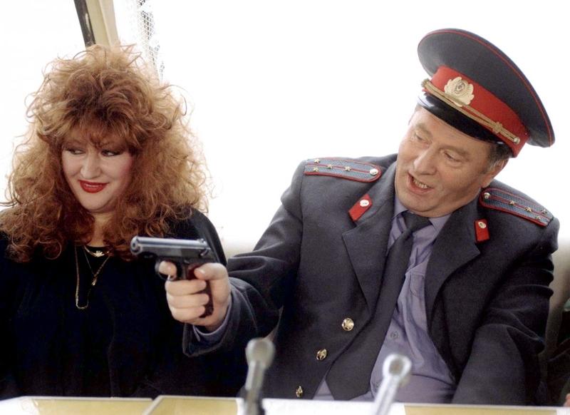 Владимир Жириновский на пресс-конференции сидит рядом с двойником Аллы Пугачевой, Москва, декабрь 1996 года. Жириновский снимался в фильме «Корабль двойников».