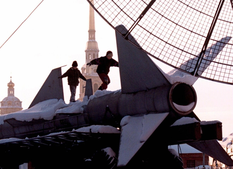 Мальчишки играют на ракете класса «земля — воздух» на открытой выставке музея в Санкт-Петербурге, январь 1997 года.