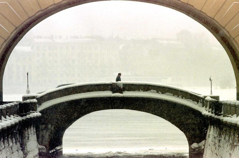 Мост в центре Санкт-Петербурга, апрель 1998 года.