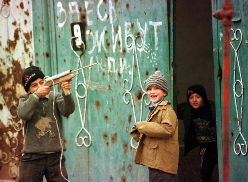 Мальчишки играют на улицах Грозного, август 1999 года.