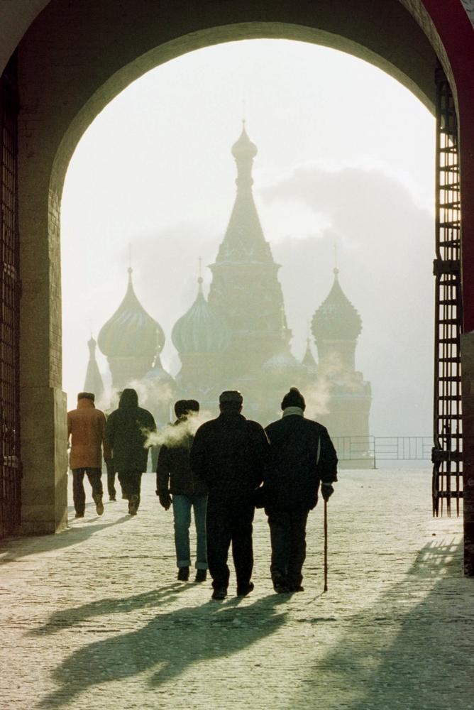 Туристы проходят через ворота, чтобы посмотреть на храм Василия Блаженного, 3 февраля 1999 года.