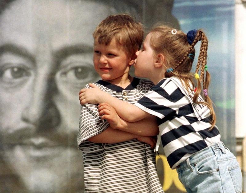Девочка целует мальчика, 23 мая 1999 года.