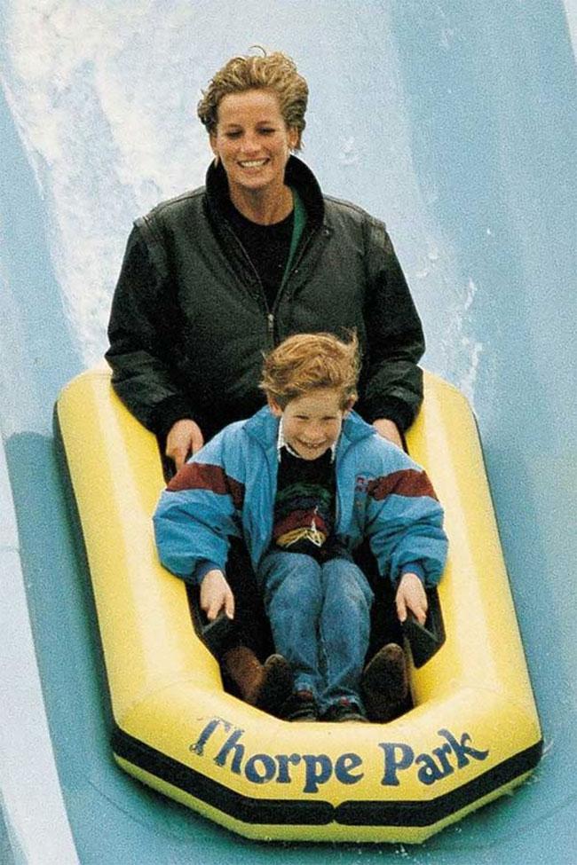 Принцесса Диана и принц Гарри в парке, 1993 год: