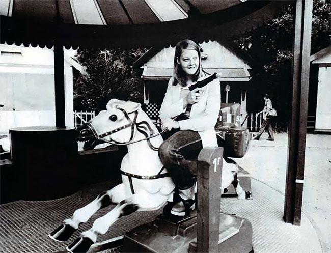 Молодая Джоди Фостер на карусели