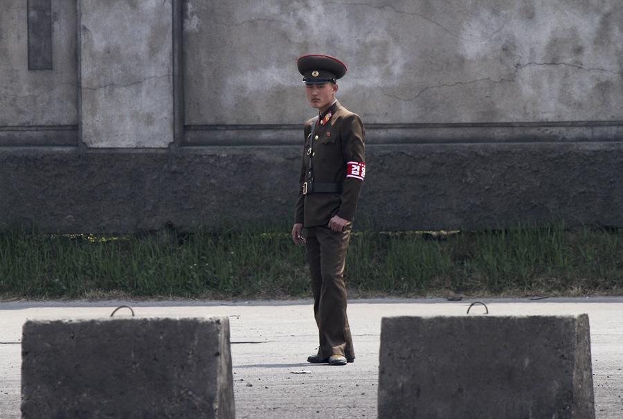 Северокорейский солдат стоит на страже, 1 мая 2014 г.