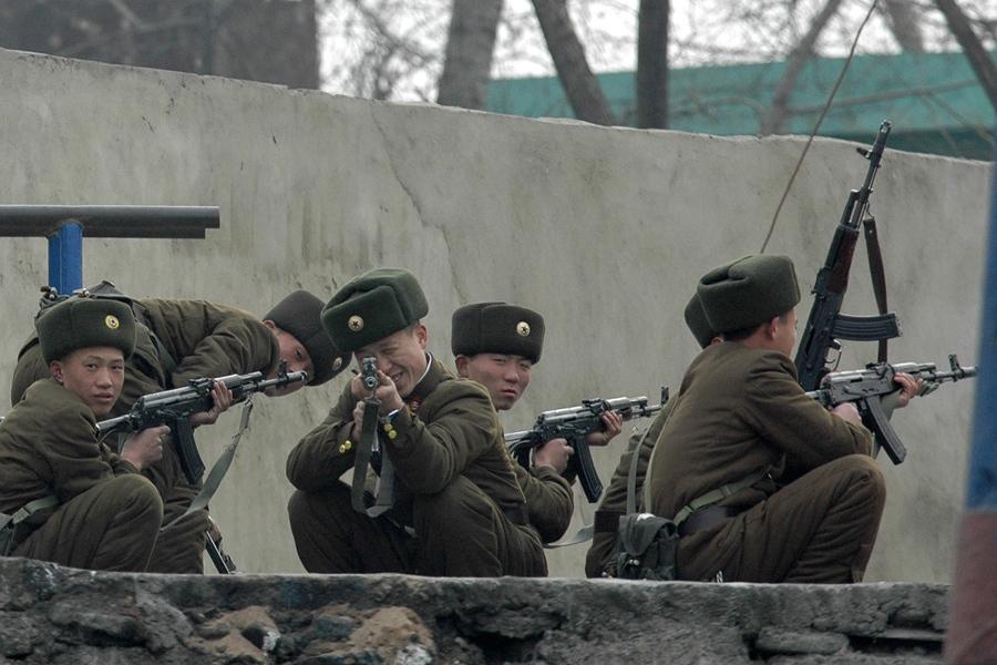 Северокорейский солдат целится в фотографа, 19 декабря 2006 года.
