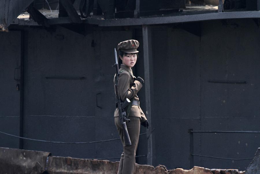 Девушка пограничник стоит на страже, 1 мая 2014 г.