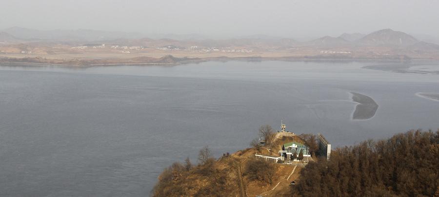 Деревня в Северной Корее, на северной стороне демилитаризованной зоны (DMZ) , разделяющей две Кореи, 22 декабря 2010 года.