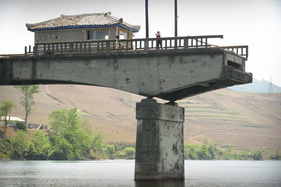 Северокорейский мост, разрушенный во время войны в Корее через реку Ял в Северной Корее, 26 мая 2009 года.