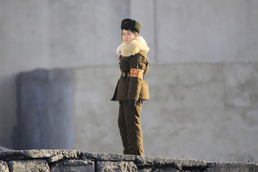 Северокорейский пограничник стоит на страже у берега реки Ялу, недалеко от города Синыйджу, 23 ноября 2010 года.