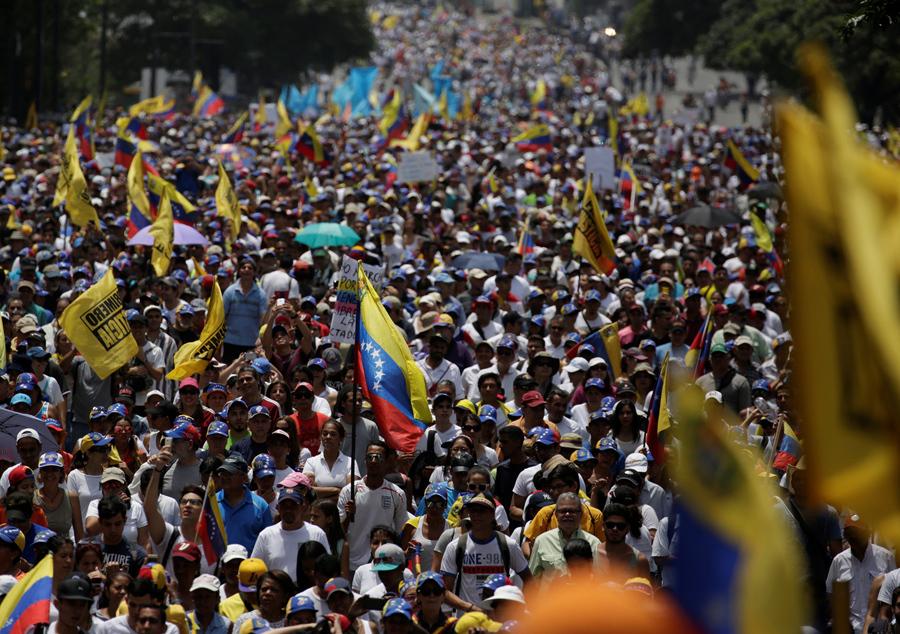 Демонстранты сплотились во время так называемой «матерью всех маршей» против президента Венесуэлы Николаса Мадуро в Каракасе, Венесуэла, 19 апреля, 2017 г.