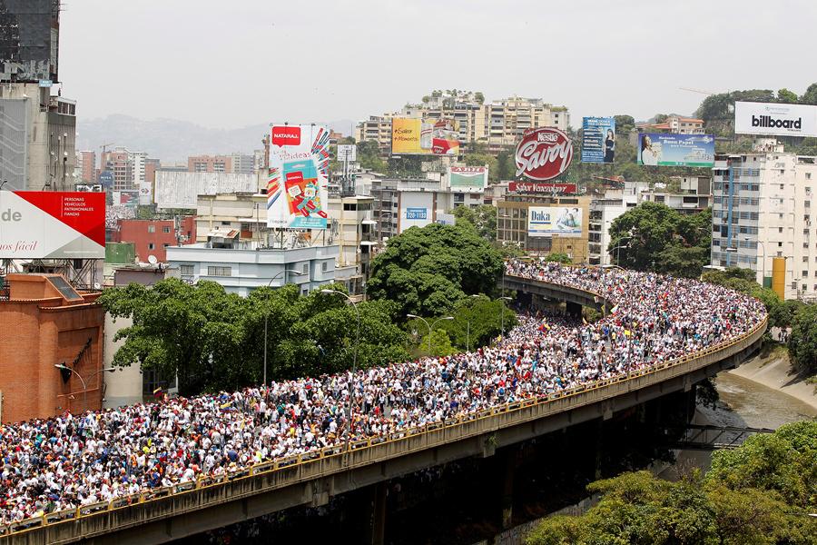 Демонстранты против президента Венесуэлы Николаса Мадуро в Каракасе 19 апреля 2017.