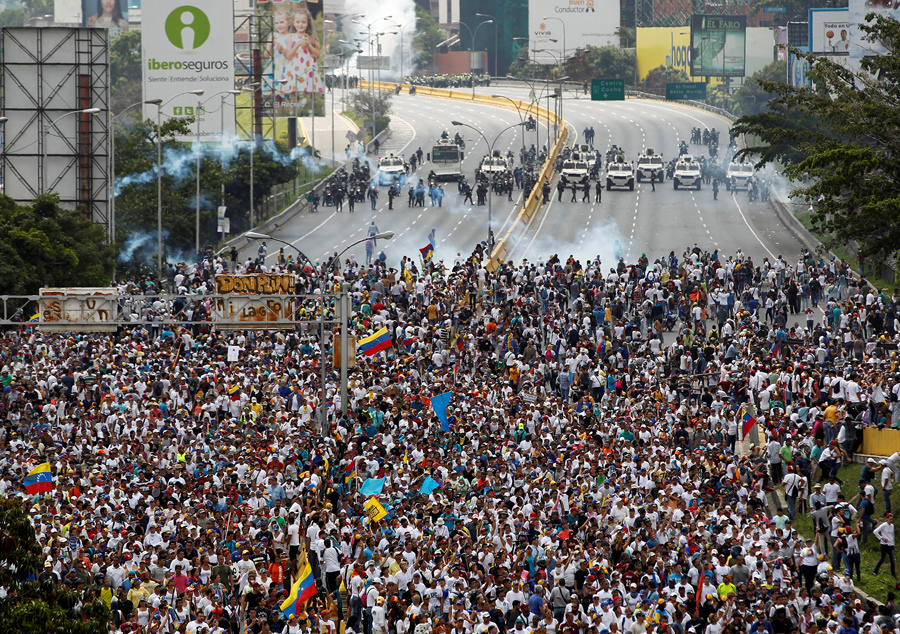 Столкновения демонстрантов с полицией во время так называемой «матерью всех маршей» в Каракасе 19 апреля 2017 года.
