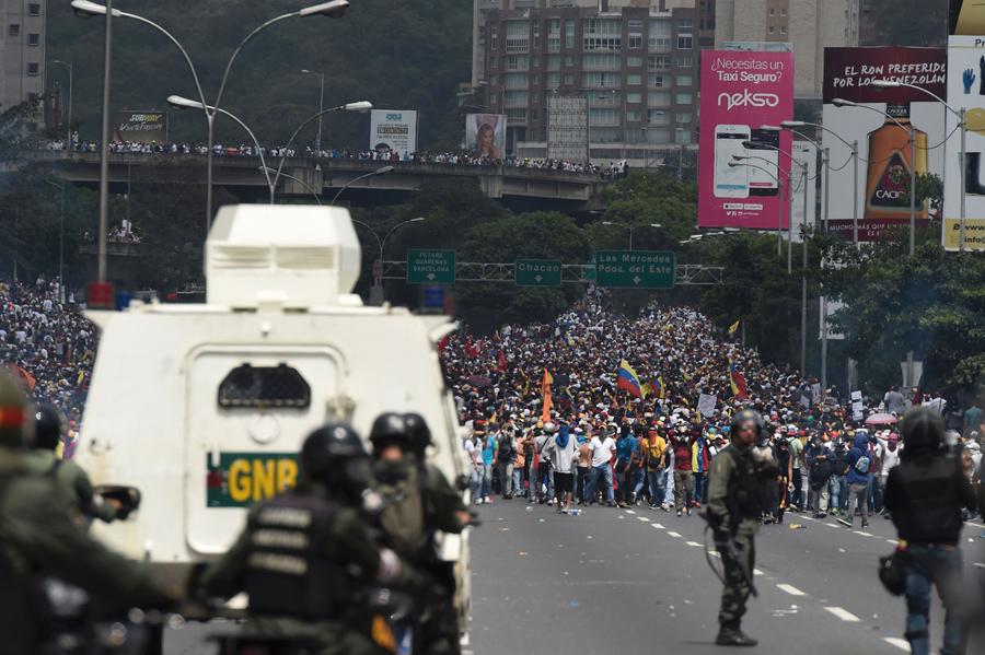 Демонстранты столкнулись с полицией в Каракасе 19 апреля 2017.