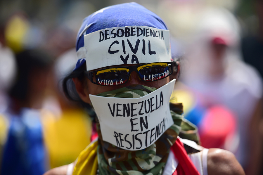 Демонстратор против правительства президента Николаса Мадуро во время акции протеста на восточной стороне Каракаса 19 апреля 2017.