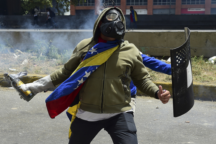 Столкновения демонстрантов с полицией в Каракасе 19 апреля 2017.
