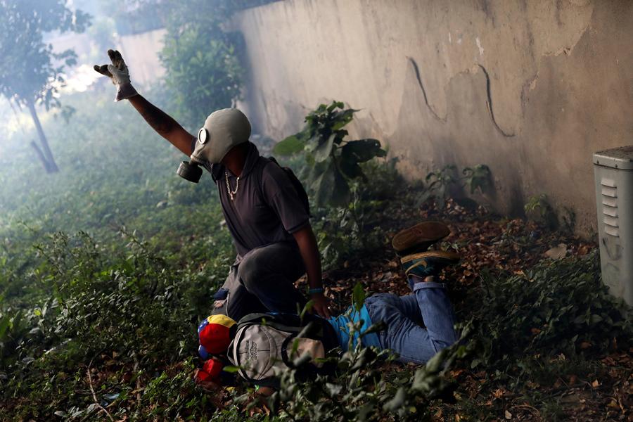 Травмированный протестующий после столкновения с полицией в Каракасе 19 апреля 2017г.