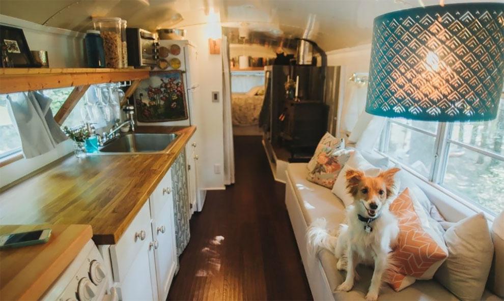 Пара из Грузии переделала школьный автобус в уютный дом на колесах