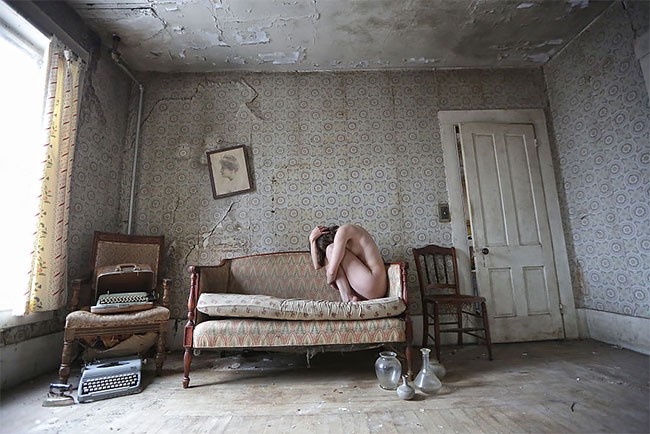 Фотограф превращает заброшенные места в «темную сказку»