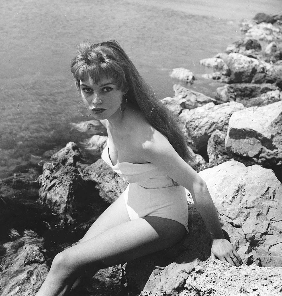 Молодая Брижит Бардо в купальнике во время 6-го Международного Каннского кинофестиваля в Каннах, Франция 1 апреля 1953 г.