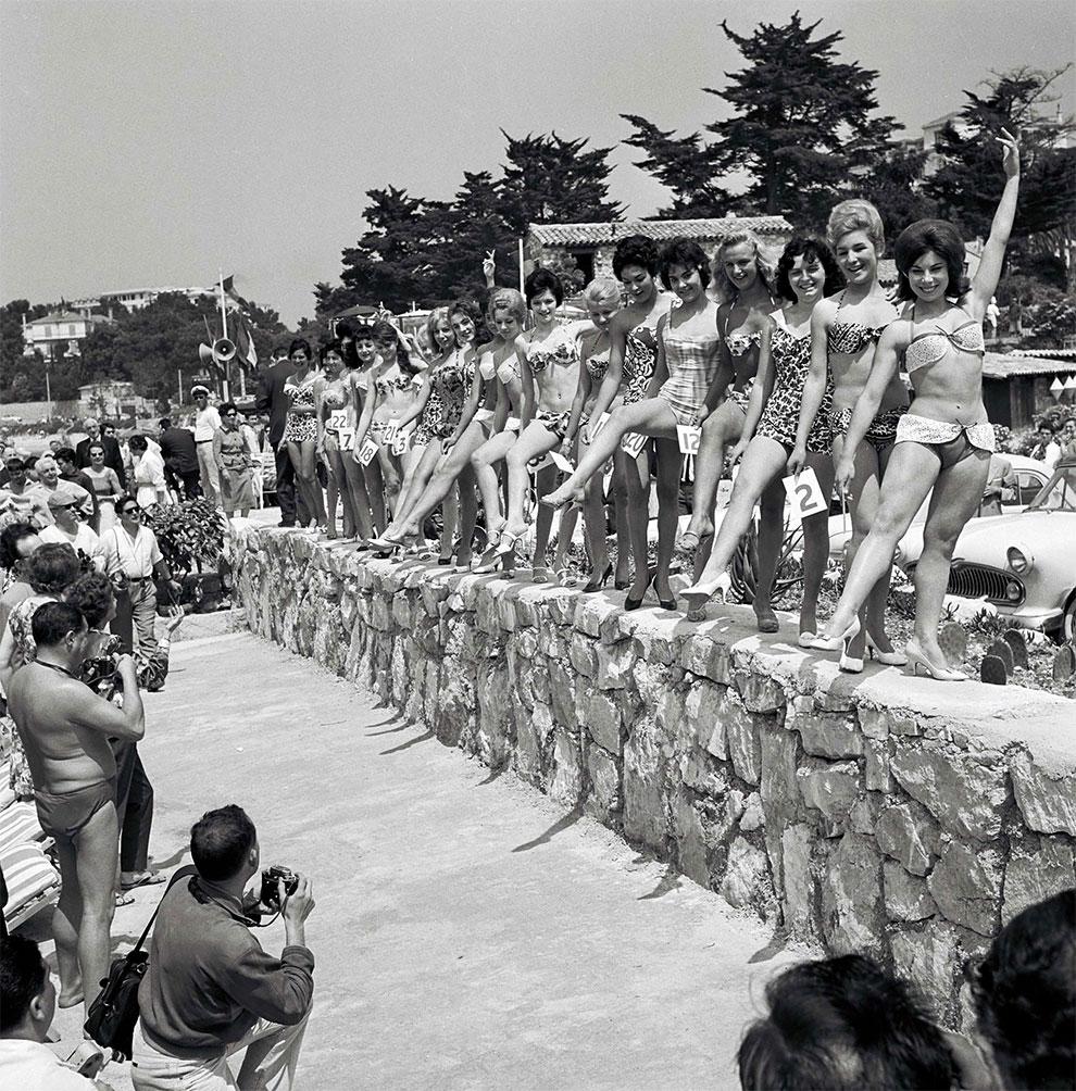 Женщины в купальниках показывают свои тела во время конкурса красоты. 13 Каннский международный кинофестиваль, Франция, 1960г.