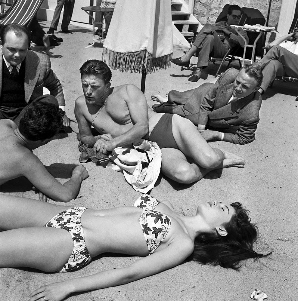 Кирк Дуглас на пляже в Каннах с молодой актрисой Брижит Бардо во время 6-го Международного Каннского кинофестиваля, 1953 год.