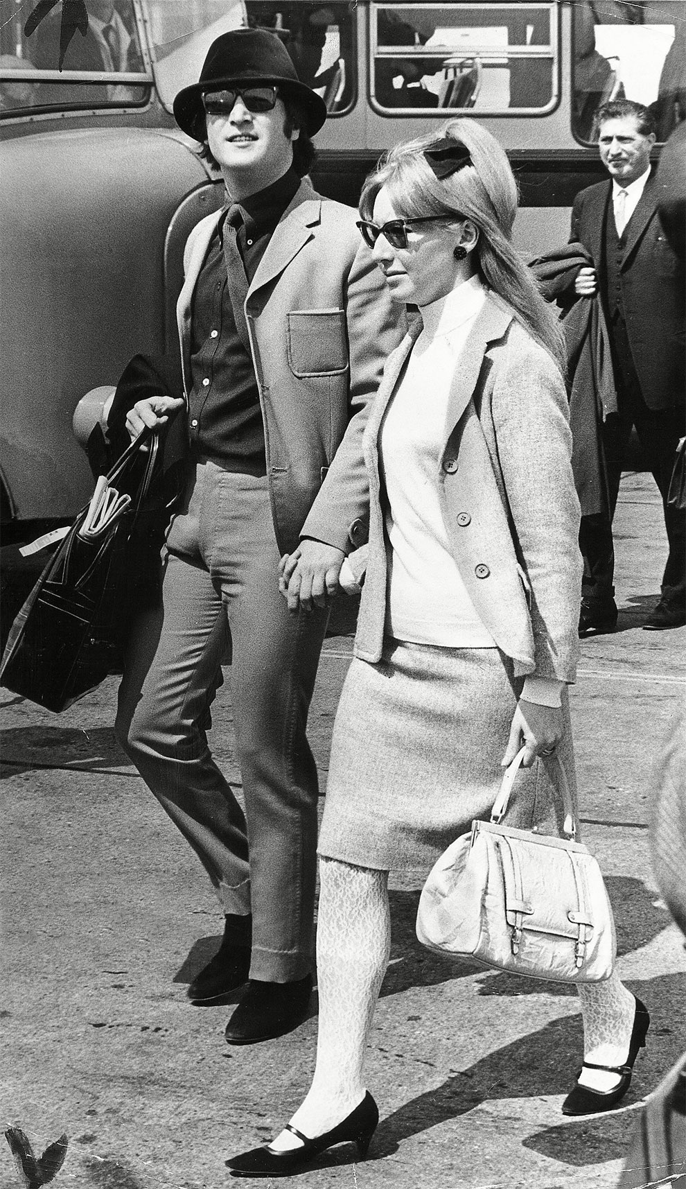 Джон Леннон с очках и зеленой велюровой шляпе на Каннском кинофестивале с первой женой Синтий Леннон (Пауэлл) 1965 г.