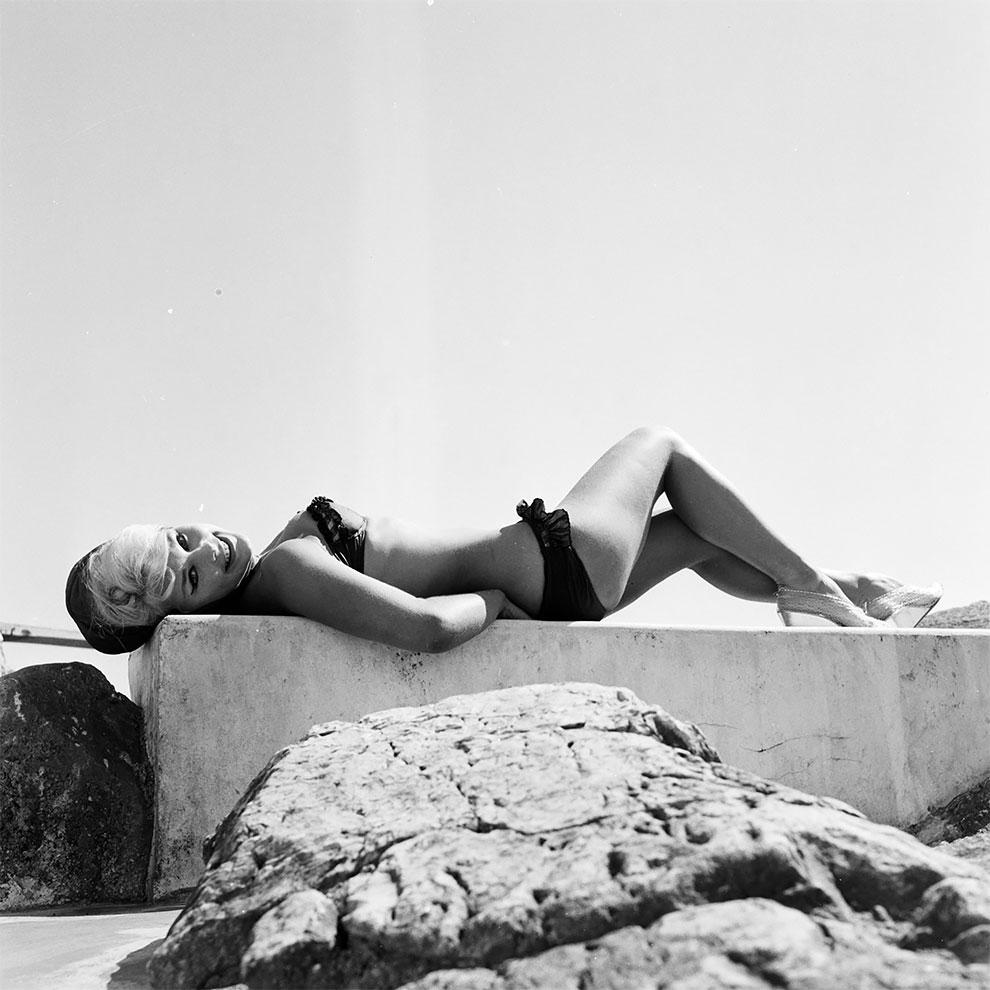Американская актриса немецкого происхождения Эльке Зоммер, загорает на пляже в Каннах во время Каннского кинофестиваля, 1961.