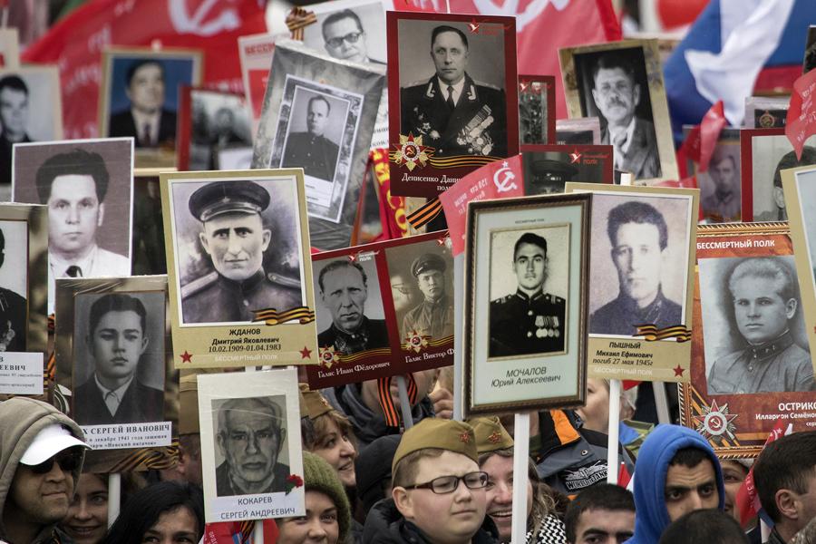 Люди несут портреты родственников, которые воевали во время Второй мировой войны, во время марша Бессмертного полка по Тверской улице в Москве 9 мая 2017 года.