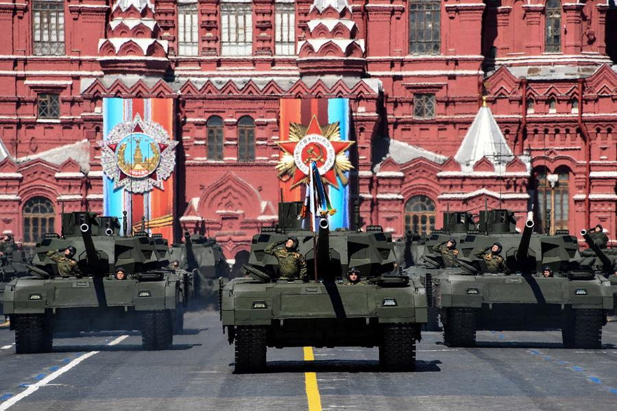 Российские танки Т-14 на Красной площади во время генеральной репетиции Парада Победы 7 мая, 2017.