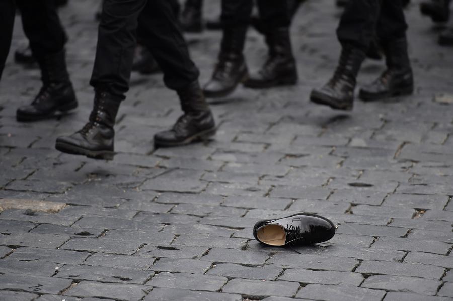 Ботинок лежит на брусчатке, во время марша военнослужащих в день парада Победы на Красной площади 9 мая 2017 года.