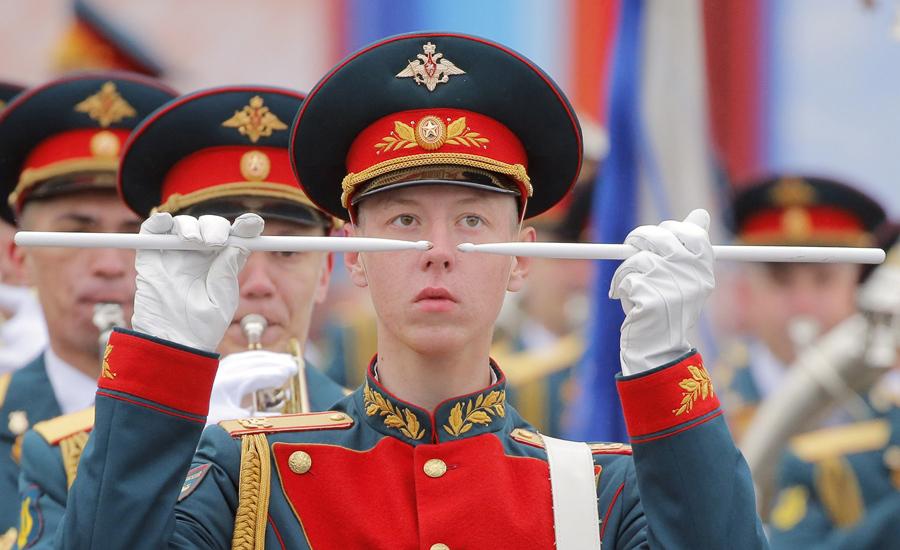 Военный оркестр выступает на Красной площади во время военного парада в День Победы 9 мая 2017 года.