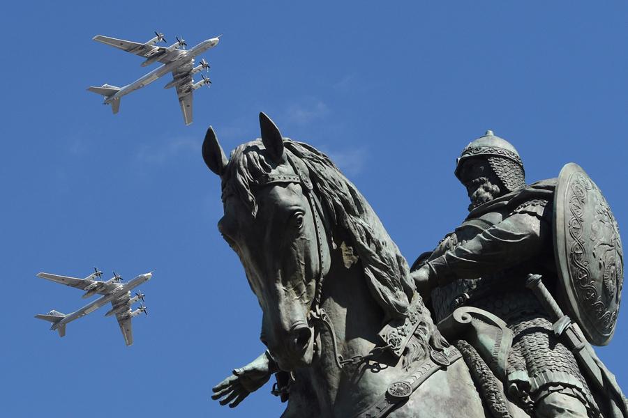 Стратегические бомбардировщики Ту-95МС летают над статуей князя Юрия Долгорукого во время репетиции Дня Победы в Москве 7 мая 2017.