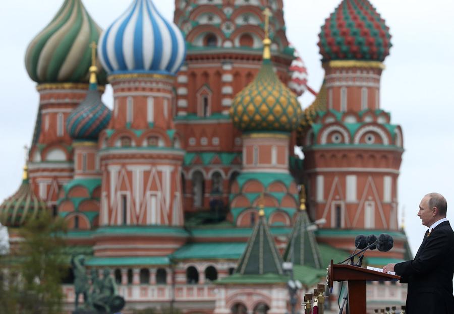 Президент России Владимир Путин выступает с речью на военном параде, в честь 72-ой годовщины победы в Великой Отечественной войне на Красной площади 9 мая 2017 года в Москве.
