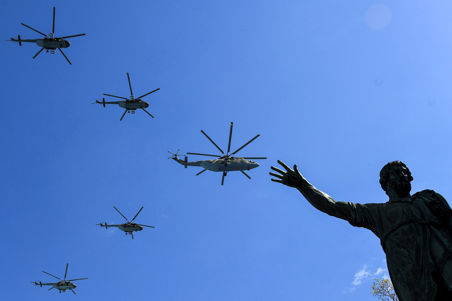Российские вертолеты Ми-8 и Ми-26 летают над Красной площадью во время репетиции военного парада в День Победы в Москве, 7 мая 2017.