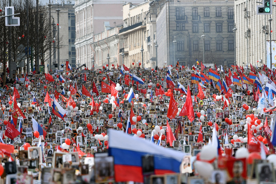 Люди несут портреты солдат во время марша Бессмертного полка в центре Москвы 9 мая 2017 года.