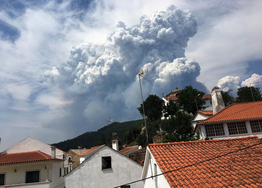 Дым от лесных пожаров над деревней Дорнес, Португалия, 18 июня 2017 года.