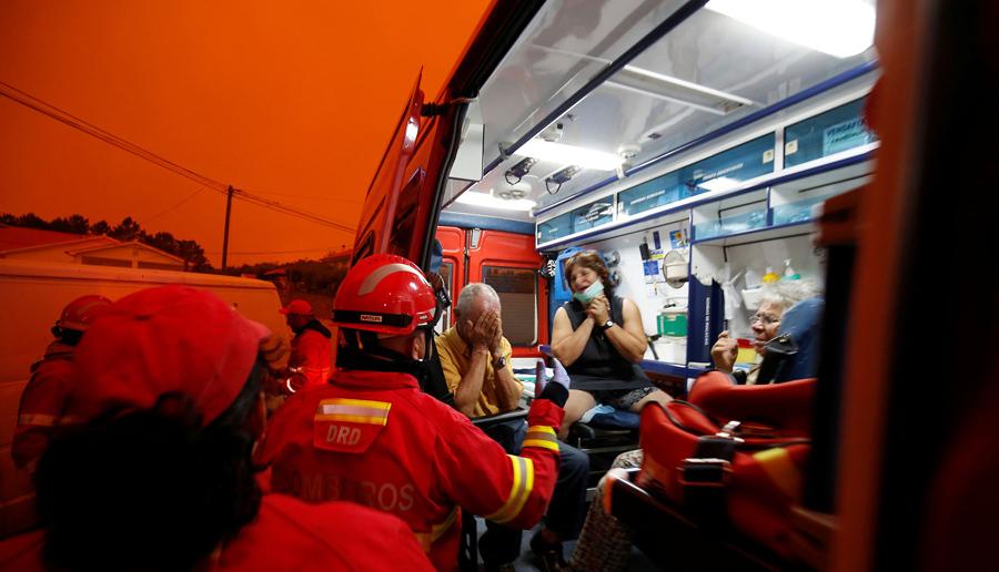 Эвакуация местных жителей во время лесных пожаров в Derreada Cimeira, Португалия, 18 июня, 2017.