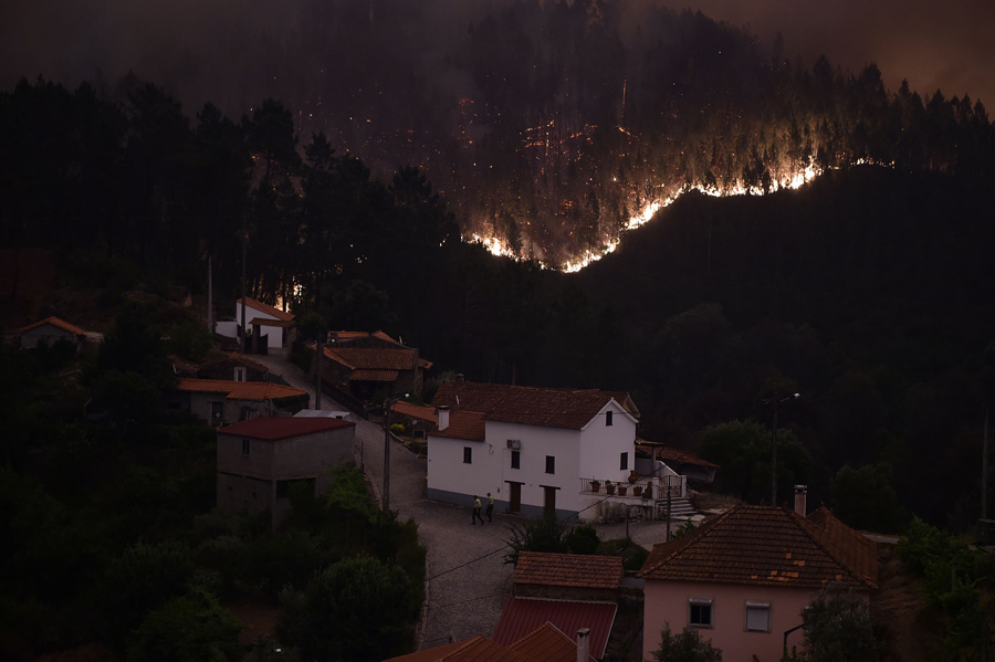 Пламя и дым из-за лесного пожара в районе сел Mega Fundeira, Португалия, 18 июня 2017 года.