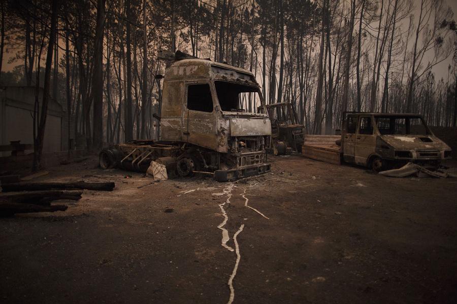 Сгоревшие автомобили, Португалия, 2017 год.