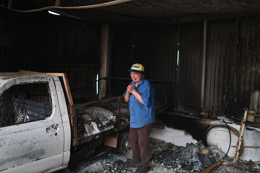 63 летняя Изабель Годинью (Isabel Godinho), плачет около своего сгоревшего гаража вVilas de Pedro, 19 июня 2017.