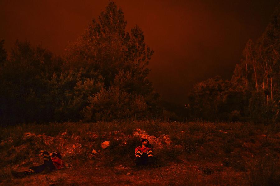 Пожарники отдыхают во время лесного пожара в Penela, Португалия, 18 июня, 2017.