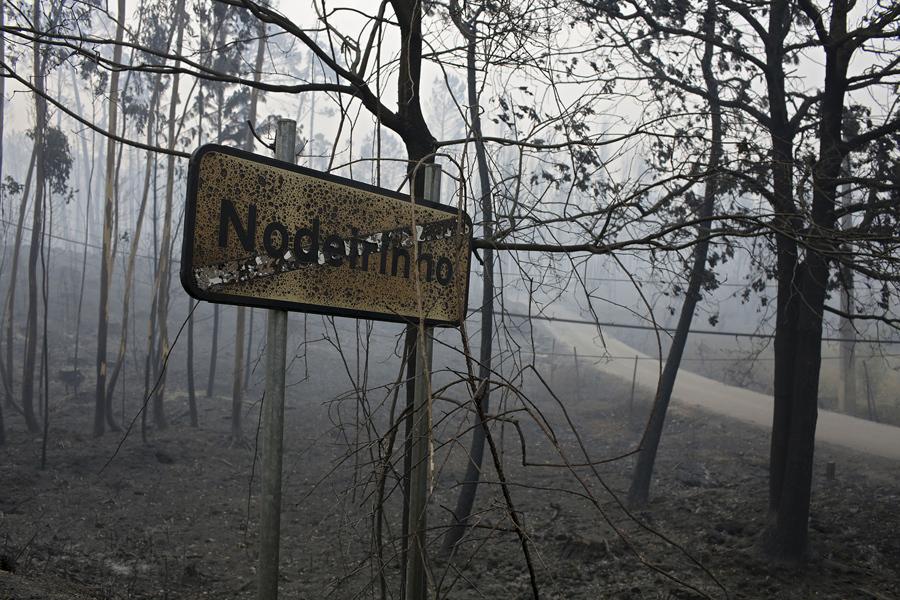 Сгоревший дорожный знак у села Nodeirinho, недалеко от Pedrogao Grande, центральная Португалия, 19 июня, 2017.